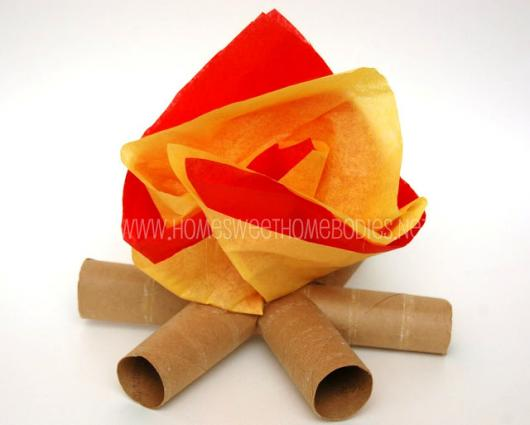 decoração de festa junina simples fogueira de rolo de papel higiênico com TNT