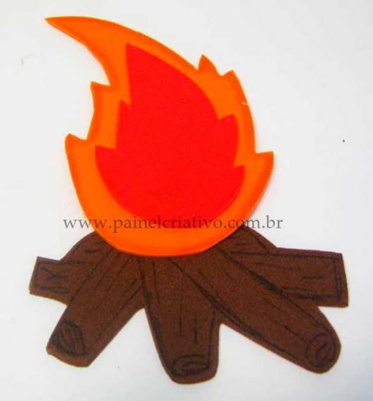 decoração de festa junina simples fogueira de EVA