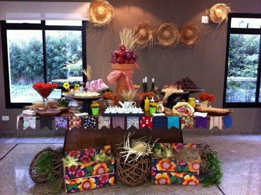 Decoração de Festa Junina Simples para aniversário com tecidos coloridos namesa e varal de bandeirinhas