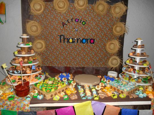 Decoração de Festa Junina Simples para aniversário com painel xadrez marrom