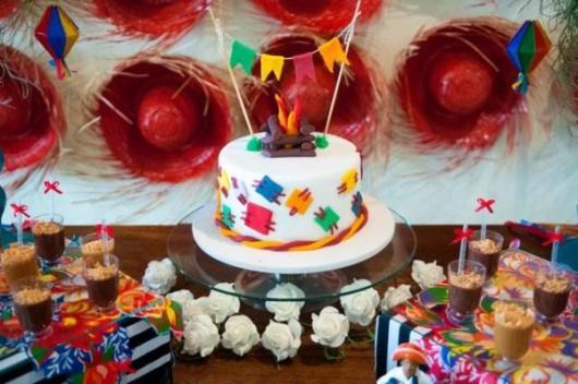 Decoração de Festa Junina Simples para aniversário com chapéu de palha vermelho