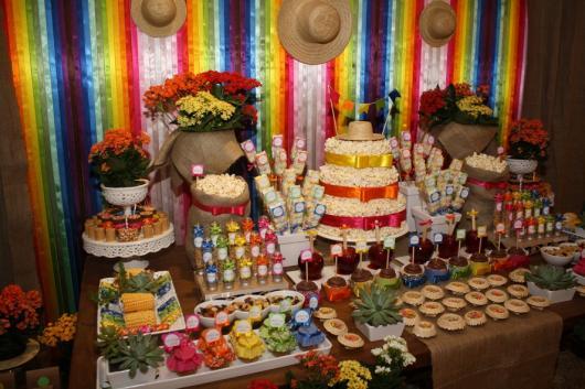 Decoração de Festa Junina Simples para aniversário com flores