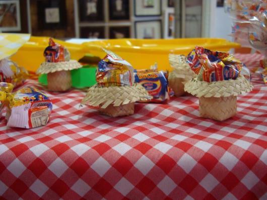 Decoração de Festa Junina Simples com chapéu decorativo na mesa