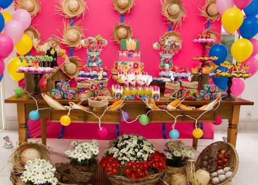 Decoração de Festa Junina Simples para aniversário com painel rosa
