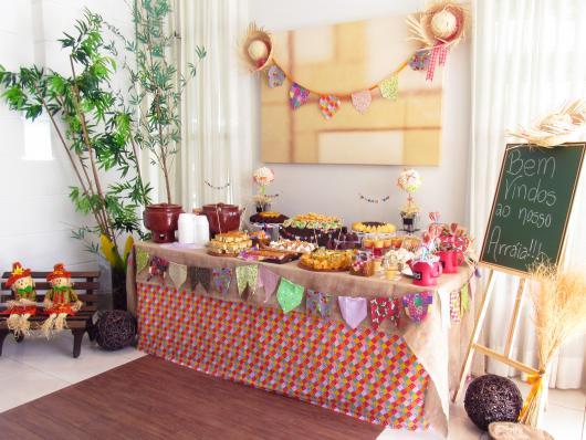 Decoração de Festa Junina Simples para aniversário com painel de madeira