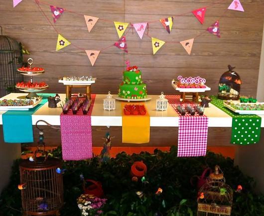 Decoração de Festa Junina Simples para aniversário com tecidos coloridos na mesa