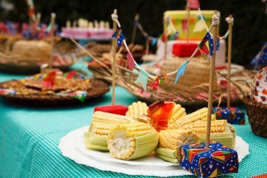 Decoração de Festa Junina Simples com mini bandeirinhas decorando pratos