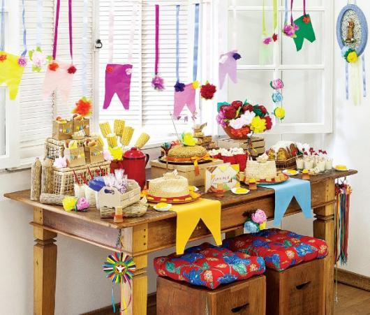 Decoração de Festa Junina Simples com bandeirinhas na mesa rústica