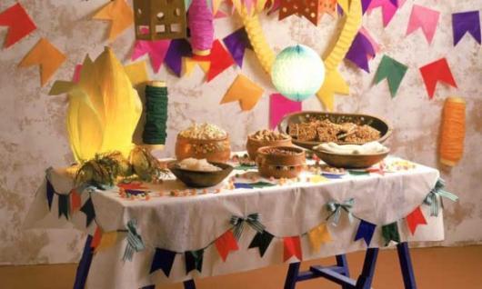 Decoração de Festa Junina Simples com bandeirinhas na toalha de mesa
