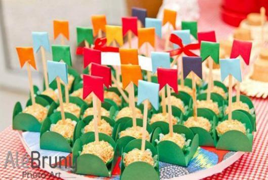Decoração de Festa Junina Simples com prato de doces decorado com mini bandeirinhas