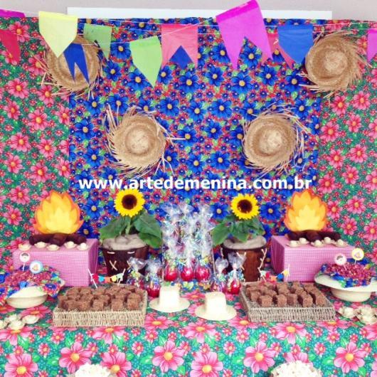 Decoração de Festa Junina Simples com painel florido com chapéu de palha