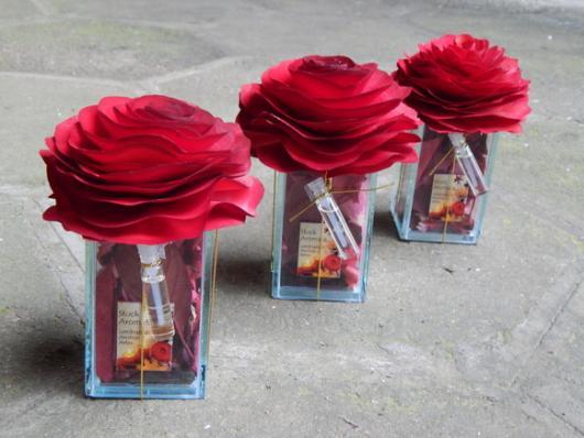 Decoração Dia das Mães com rosas de papelem vasinhos de vidro