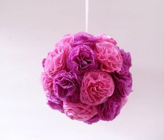 Decoração Dia das Mães com arranjo de flores de papelno teto