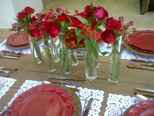 Decoração Dia das Mães para mesa com vasos de rosas