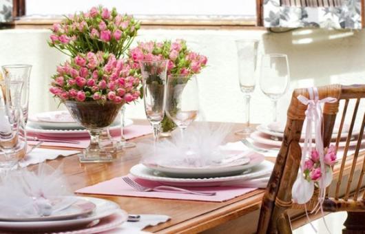 Decoração Dia das Mães para mesa com vasos de flores rosas