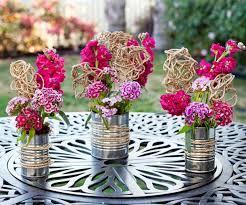 Decoração Dia das Mães para mesa com flores em latas recilcladas