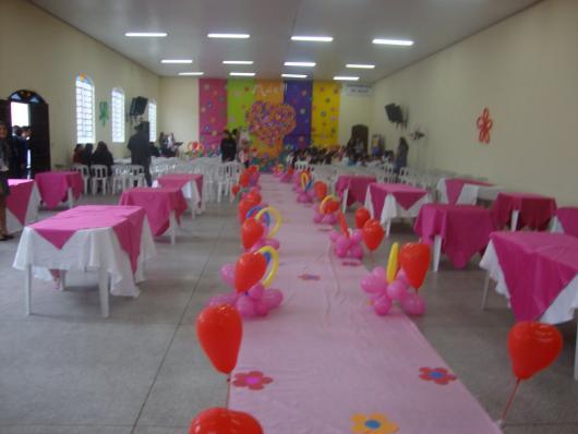 Decoração Dia das Mães para igreja com corredor rosa com balões