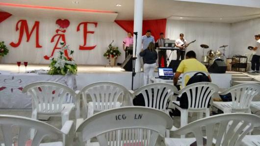 Decoração Dia das Mães para igreja com letras de papel grandes escrito mãe