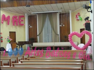 Decoração Dia das Mães para igreja com balões no altar