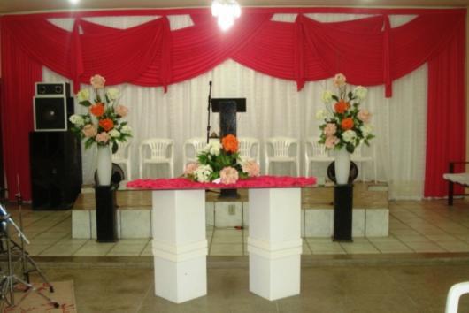 Decoração Dia das Mães para igreja com cortina vermelha e flores