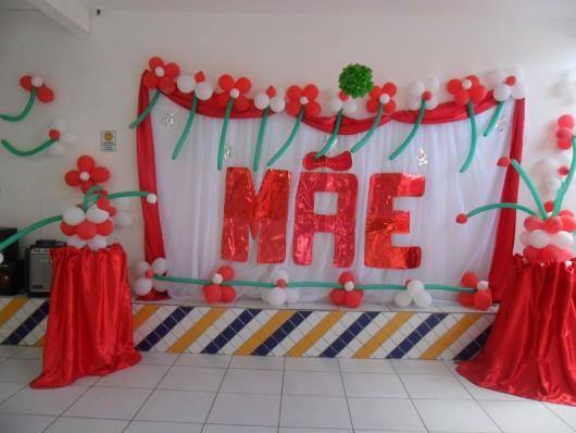 Decoração Dia das Mães para escola com painel de papel e TNT