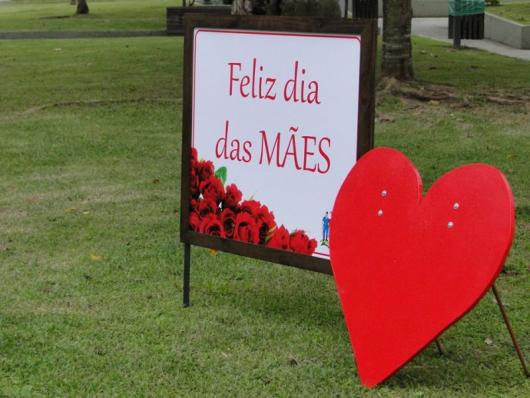 Decoração Dia das Mães para escola com painel personalizado e coração gigante