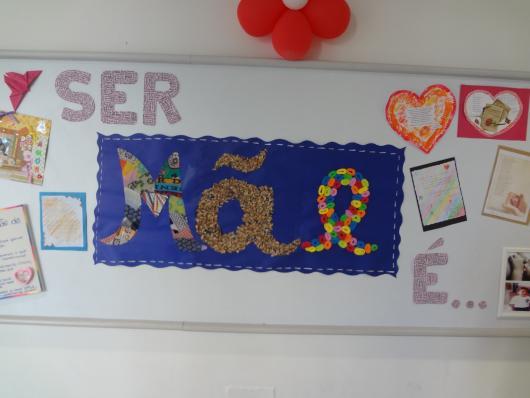 Decoração Dia das Mães para escola com painel de papel escrito mãe