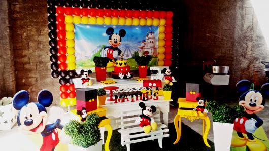Decoração Provençal tema Mickey com painel de balões vermelhos, amarelos e pretos