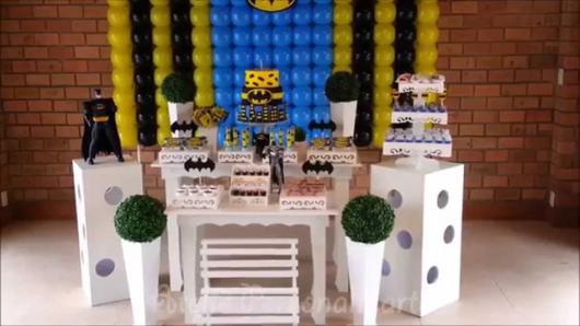 Decoração Provençal tema Batman com balões amarelos, azuis e pretos