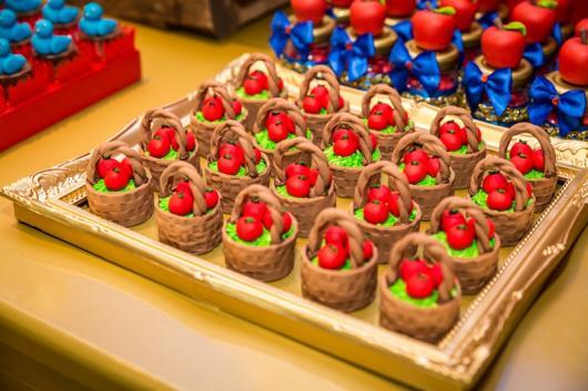 Doces Personalizados Branca de Neve bombom no formato de cestinha com maçãs