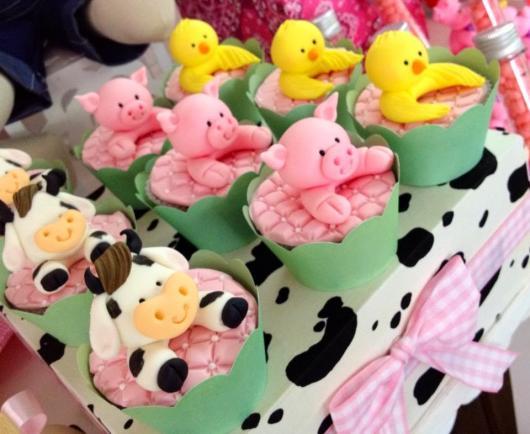 Doces Personalizados Fazendinha cupcake com vaquinha, porquinho e pato