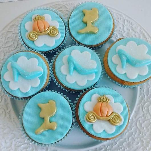 Doces Personalizados Cinderela cupcake azul