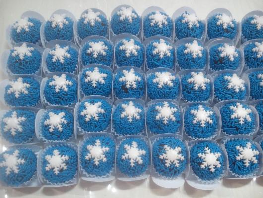 Doces Personalizados Frozen brigadeiro com granulado azul