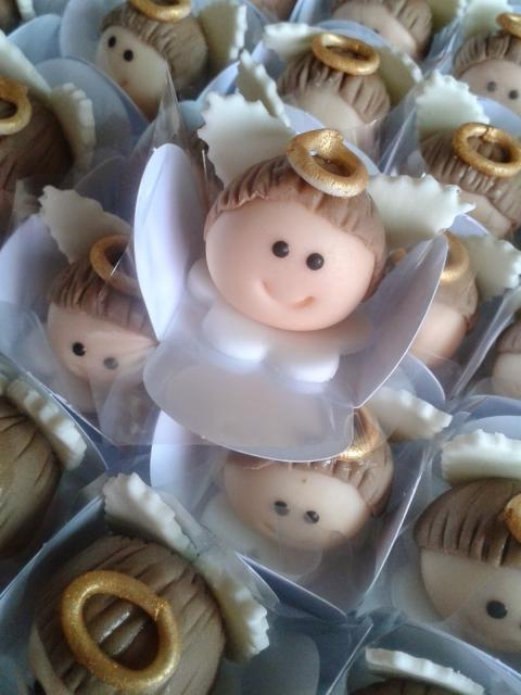 Doces Personalizados para batizado beijinho com anjinho
