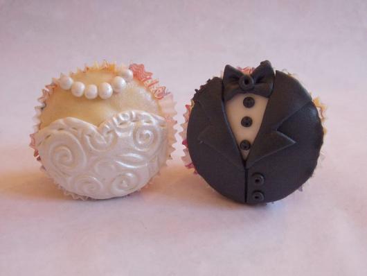 Doces Personalizados para casamento cupcake com roupa dos noivos