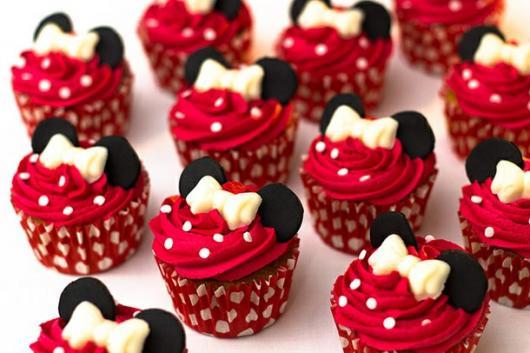 Doces Personalizados cupcake Mnnie com chantilly vermelho