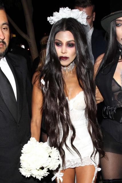 Fantasia Noiva Cadáver vestido curto com buquê branco