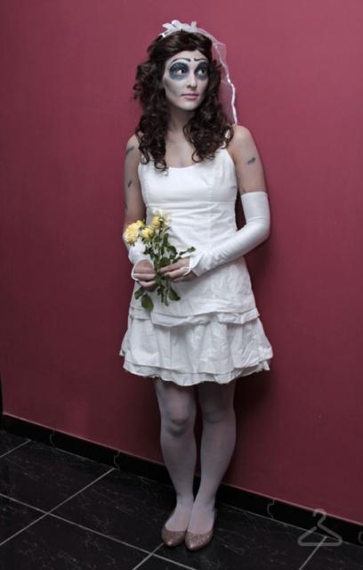 Fantasia Noiva Cadáver improvisada com vestido branco simples
