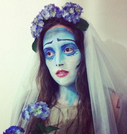 Fantasia Noiva Cadáver com tiara de flores lilás