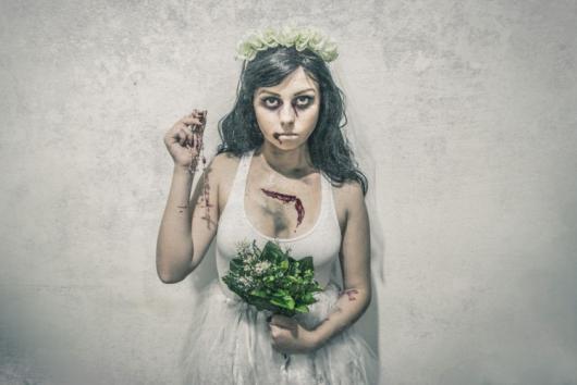 Fantasia Noiva Cadáver com tiara de flores brancas