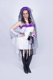 Fantasia Noiva Cadáver improvisada com tiara de flores roxas