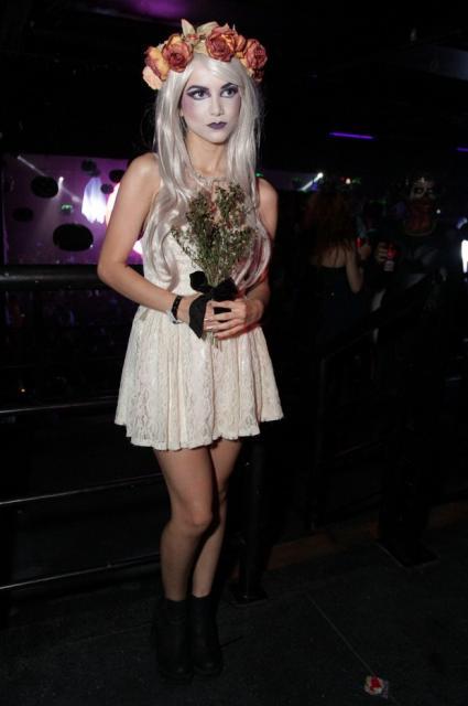 Fantasia Noiva Cadáver com vestido curto e tiara de flores laranja