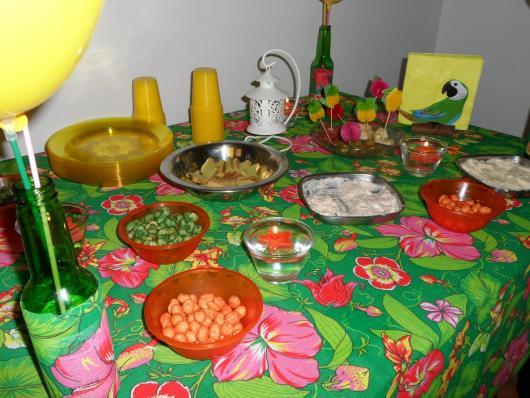 Festa Brega modelo de decoração com toalha de mesa florida verde e rosa