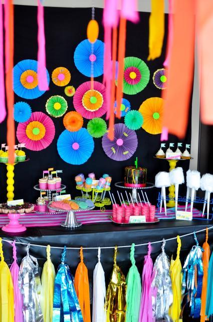 Festa Brega modelo de decoração com flores de papel coloridas