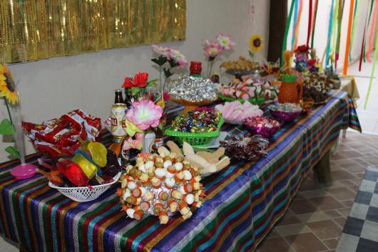 Festa Brega modelo de decoração com toalha de mesa colorida listrada