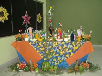Festa Brega modelo de decoração com toalha de mesa florida