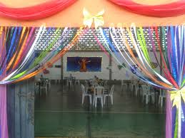 Festa Brega modelo de decoração com cortina de fitas coloridas