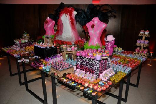 Festa Brega modelo de decoração com itens estampados com animal print