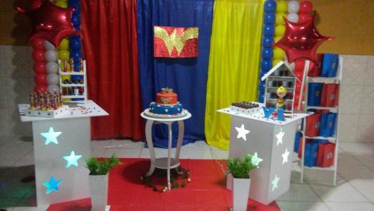 Festa Mulher Maravilha provençal com cortina azul, amarela e vermelha