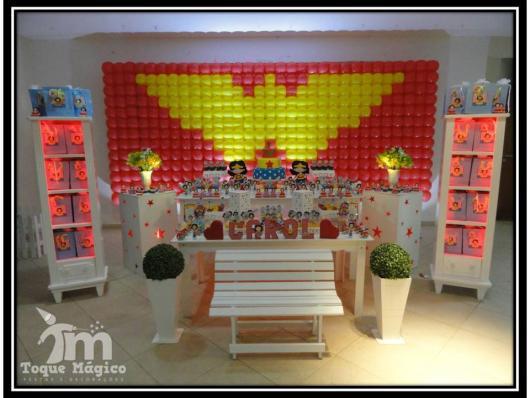 Festa Mulher Maravilha provençal com painel de balões com desenho do simbolo da personagem